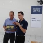Diretor Roberto Pettres entrega livro-álbum do Centenário da UFPR ao Exmo. Sr. Prefeito Municipal. Foto: Sinué Naico