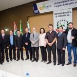Reitor da UFPR com autoridades e convidados da cerimônia. FOTO: Marcos Solivan