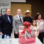 Reitor recebe cesta com produtos fabricados em Jandaia do Sul e região.