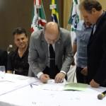 Reitor Zaki Akel Sobrinho assinando o documento. FOTO: Marcos Solivan