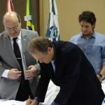 Prefeito e Reitor na assinatura do documento. FOTO: Marcos Solivan