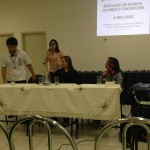 Ao Fundo Tania Peralta (Pedagoga e Coordenadora de Pesquisa do IFPR) abrindo o momento de perguntas. Compondo a mesa: Anderson Rafael Siqueira Nascimento (Intérprete da UFPR);  Karen Fabiane Correa Alves (Fonoaudióloga); Josiane  Junia Facundo de Almeida (Professora da UEL).